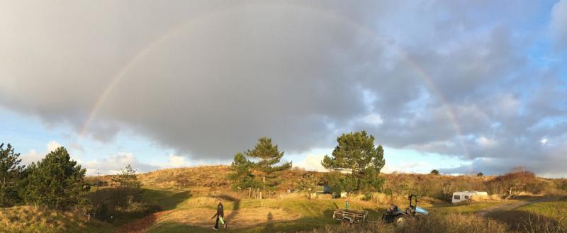 Regenboog bij plaatsing HAAKS Nano house Duincamping De Lepelaar